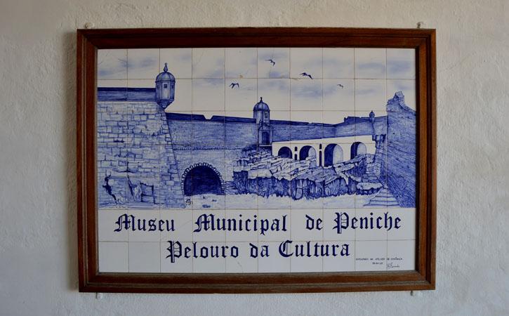Azulejo à entrada do Museu Municipal de Peniche