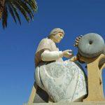 Estátua em Peniche de Mulher a fazer renda de Bilros