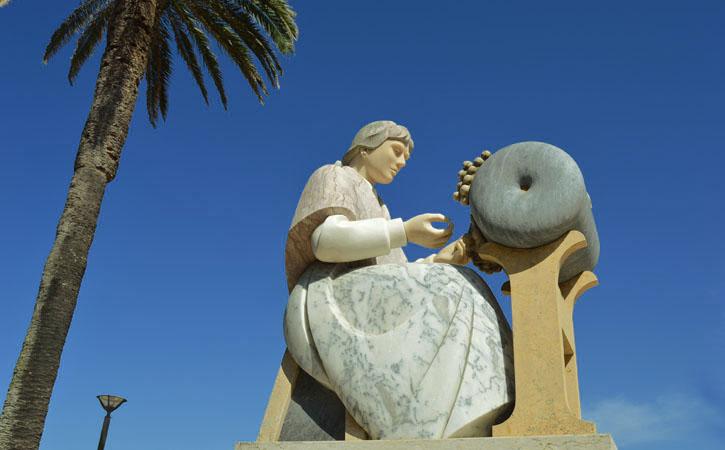 Bilros - Onde há Redes, há Rendas! estátua de mulher a fazer bilros